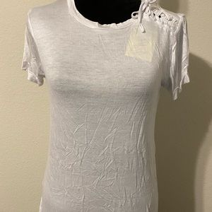 Cute t-shirt with lace up detail at shoulder 💥